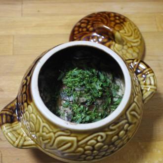 Деруни з грибним соусом запечені в глечику