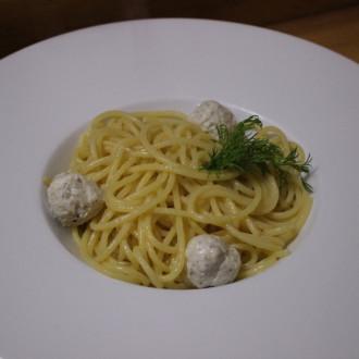 Спагетті з маслом та курячими фрикадельками