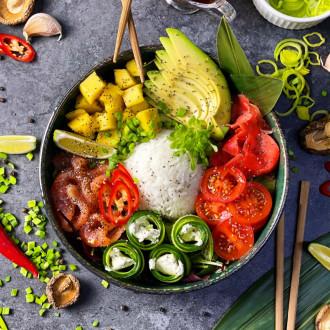 Поке боул з рисом, лососем та манго