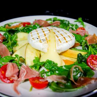 Салат з грильованим сиром брі