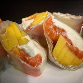 Спрінг рол з лососем та манго