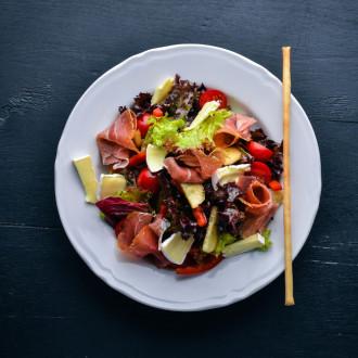 Салат з прошутто та сиром камамбер