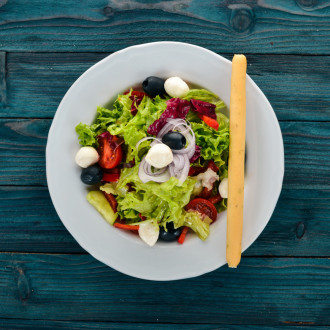 Салат з моцарелою
