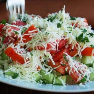 Салат з помідором і огірком